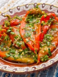 salata-s-pecheni-chushki-chesun-i-magdanoz-2-[2169]